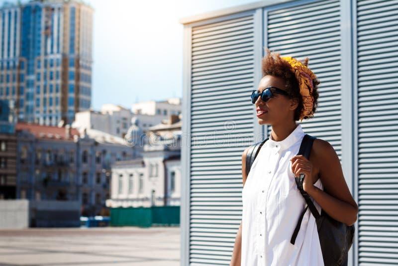 Pięknej afrykańskiej dziewczyny odprowadzenia puszka uśmiechnięty miasto Mody ulicy styl obraz royalty free
