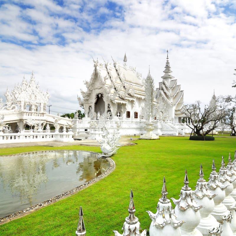Pięknej architektury biała świątynia w Chiangrai Tajlandia zdjęcie stock