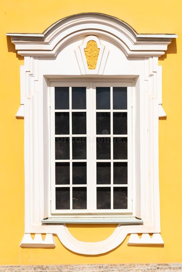 Pięknej architektury biali okno z dekoracyjną ramą fotografia stock