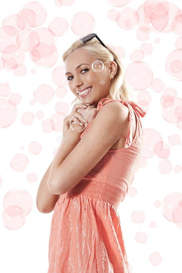 pięknej blond dziewczyny uśmiechnięta pozycja zdjęcia royalty free