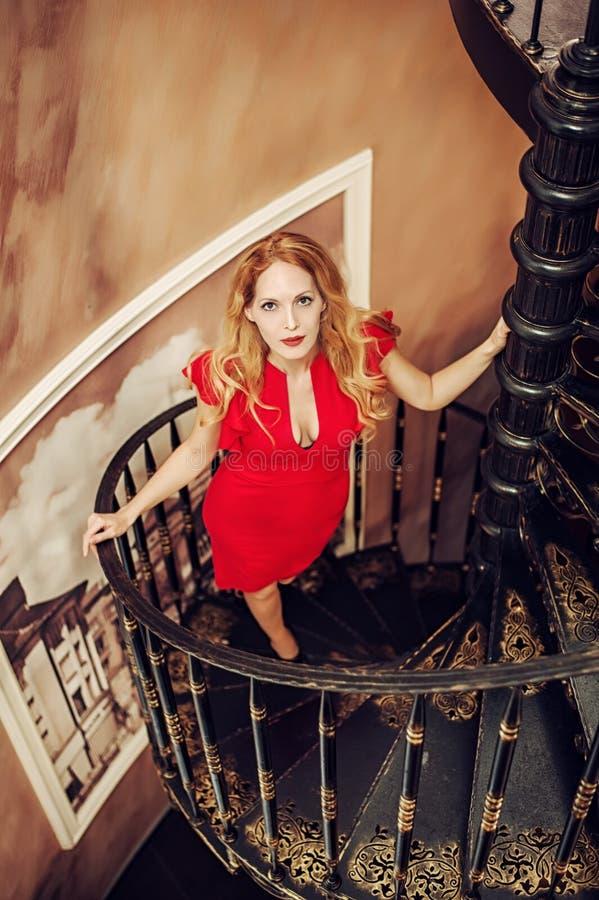 Pięknej blond kobiety dopasowania czerwona suknia obrazy royalty free