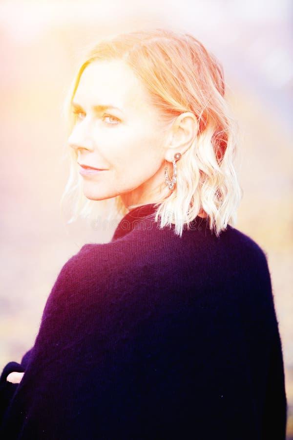 Pięknej blond kobiety trwanie outside i patrzeć smutny zdjęcia stock