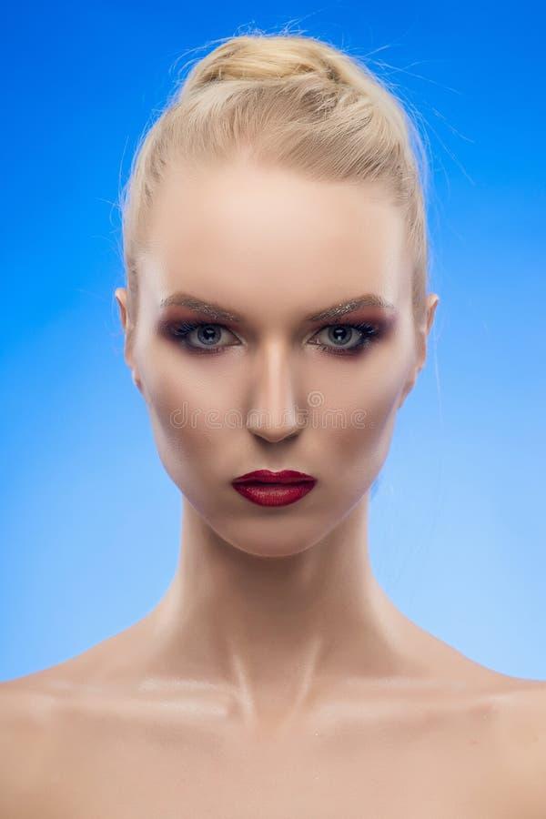 Pięknej blondynki warg dziewczyny czerwony portret Wieczór Makeup Błękitny obraz stock