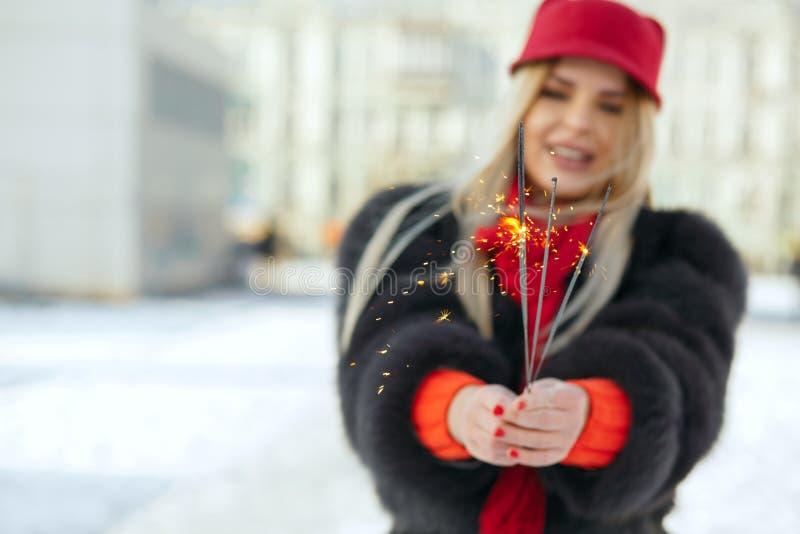 Pięknej blondynki wzorcowa jest ubranym modna czerwona nakrętka cel i szalik fotografia royalty free