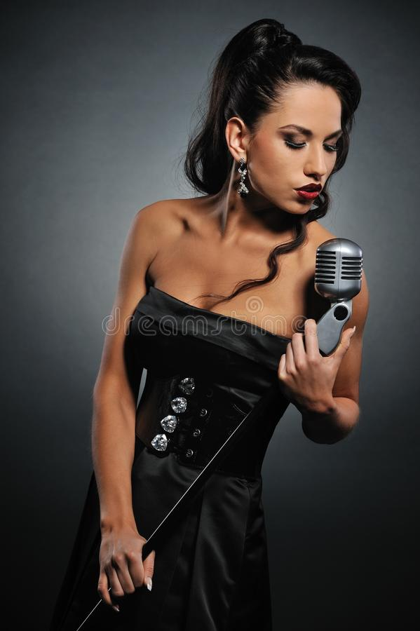 pięknej brunetki śpiewacka kobieta zdjęcia royalty free