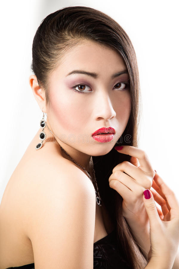 Pięknej brunetki Azjatycka kobieta z długim czarni włosy zdjęcie stock