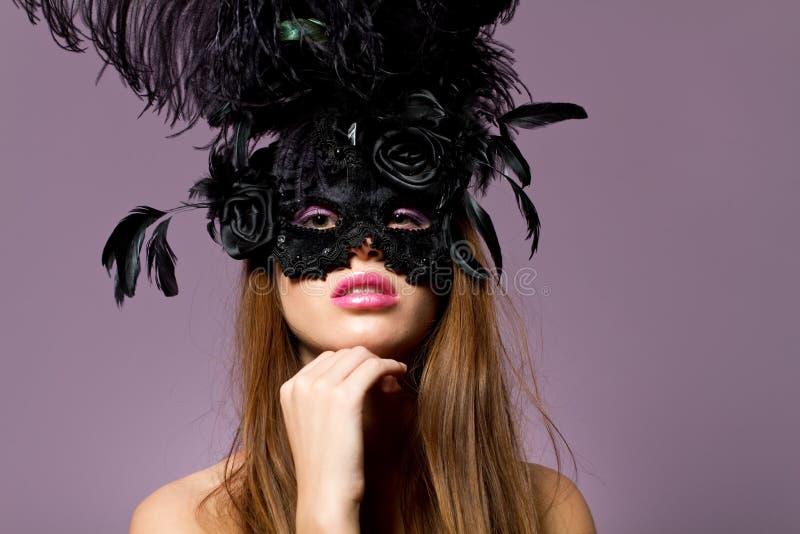 pięknej brunetki dziewczyny maskowi target2520_0_ potomstwa zdjęcie stock