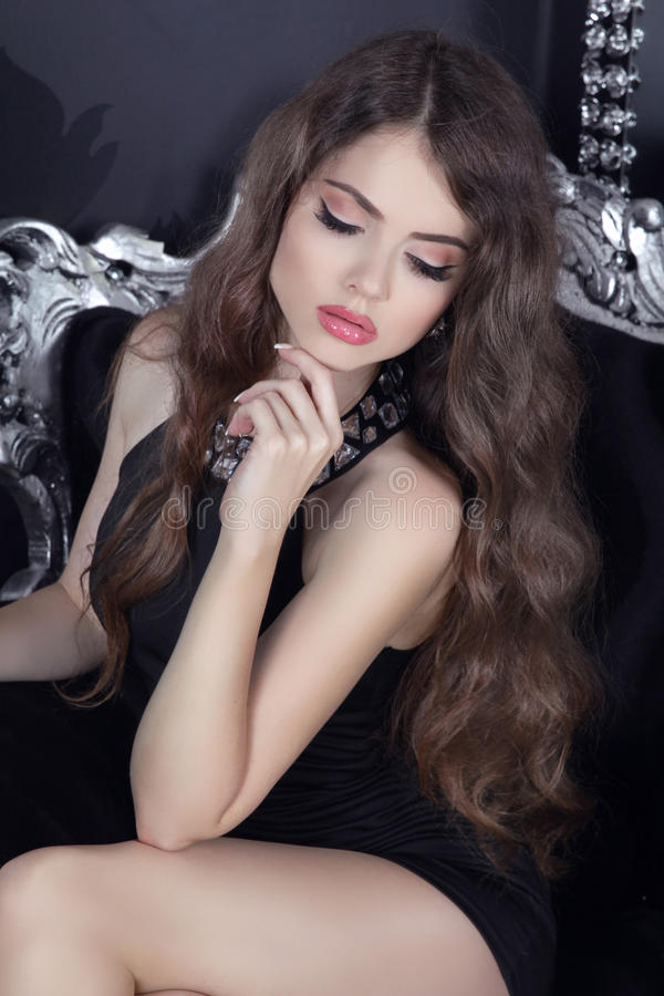 Pięknej brunetki dziewczyny zmysłowy model z makeup pozuje na luxu zdjęcie stock