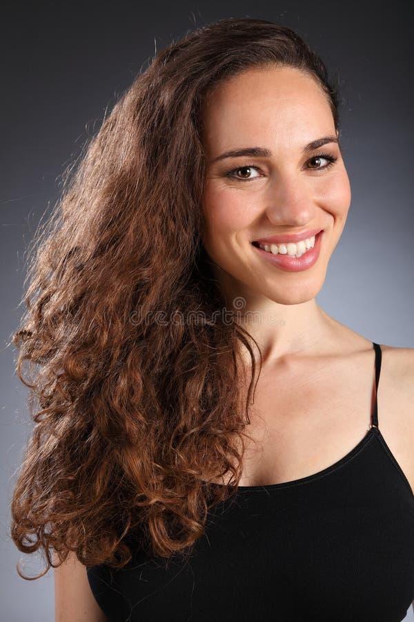 pięknej brunetki kędzierzawy włosy tęsk kobieta zdjęcia royalty free