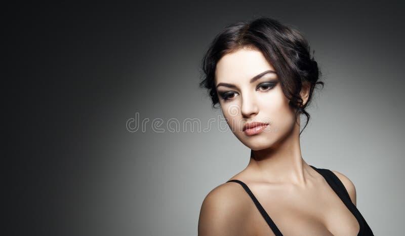 pięknej brunetki mody dziewczyny włosiany makeup styl zdjęcie stock