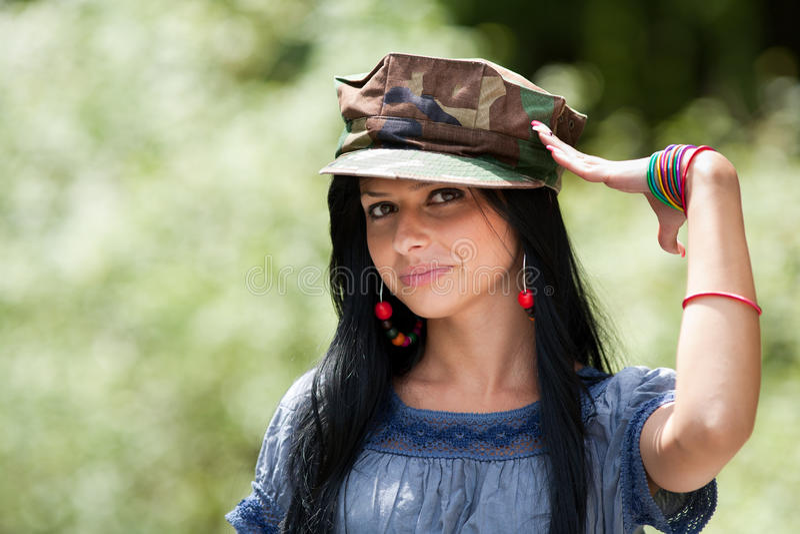 pięknej brunetki nakrętki militarny target2431_0_ zdjęcie royalty free