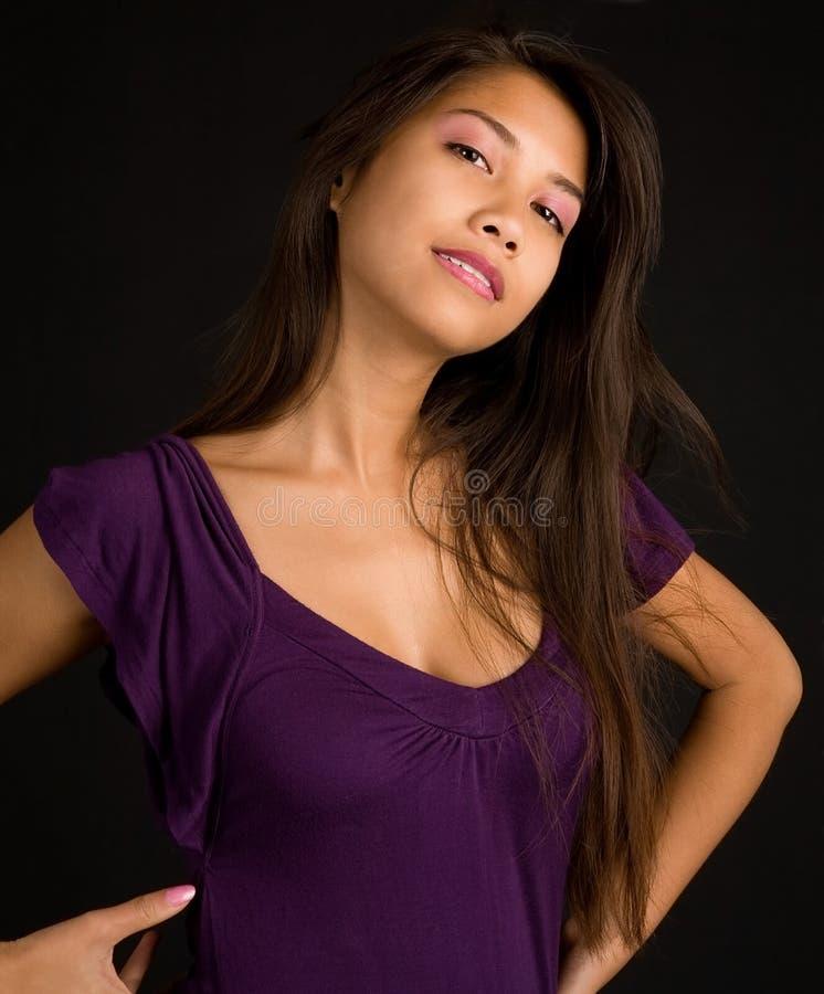 pięknej brunetki sukni damy target1258_0_ purpury fotografia royalty free