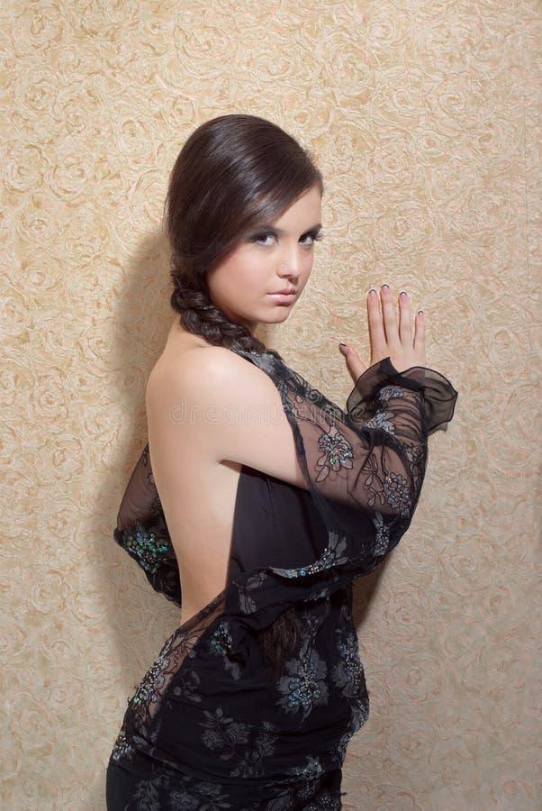 pięknej czerń sukni pobliski ścienni kobiety potomstwa fotografia stock