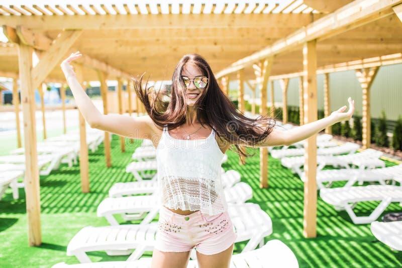 Pięknej długie włosy kobiety wzorcowy pozować basenem, plenerowy portret Piękna seksowna młoda dziewczyna z perfect szczupłą post zdjęcie stock