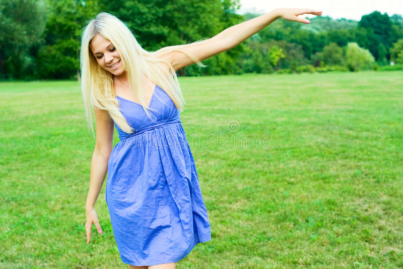 pięknej dancingowej dziewczyny szczęśliwy portret zdjęcia royalty free