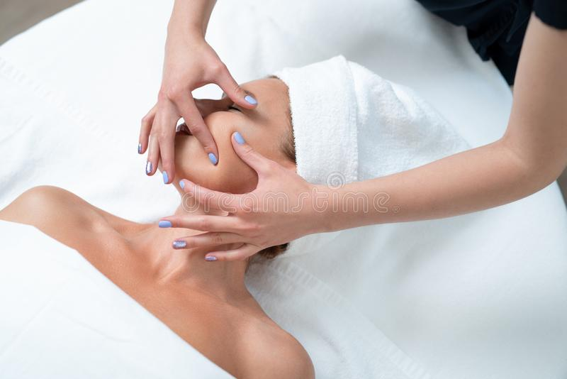 Pięknej dojrzałej kobiety starzenia się twarzy odbiorczy masaż przy zdroju salonem zdjęcia stock