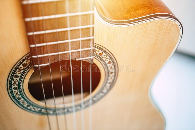 Pięknej drewnianej tradycyjnej gitary akustycznej natury muzyczny instrument obrazy royalty free