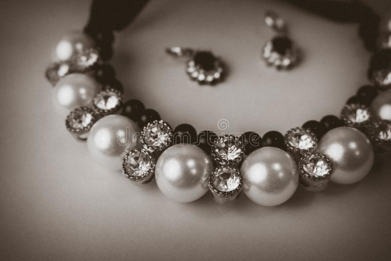 Pięknej drogiej cennej błyszczącej biżuterii modna wspaniała biżuteria, kolia i kolczyki z, perłami i diamentami obrazy royalty free