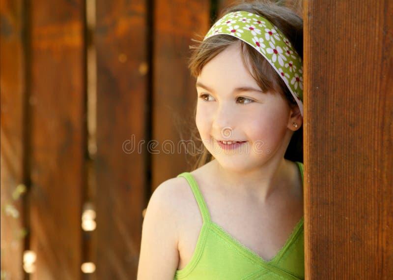 pięknej drzwiowej dziewczyny drewniani potomstwa obrazy royalty free