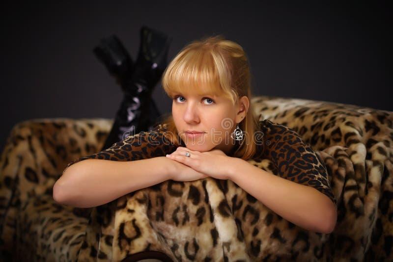 pięknej dziewczyny łgarscy kanapy potomstwa obrazy stock