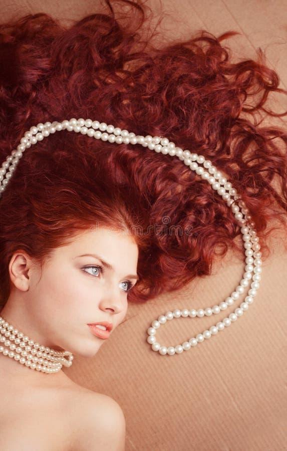 pięknej dziewczyny łgarska kolii perła obrazy stock