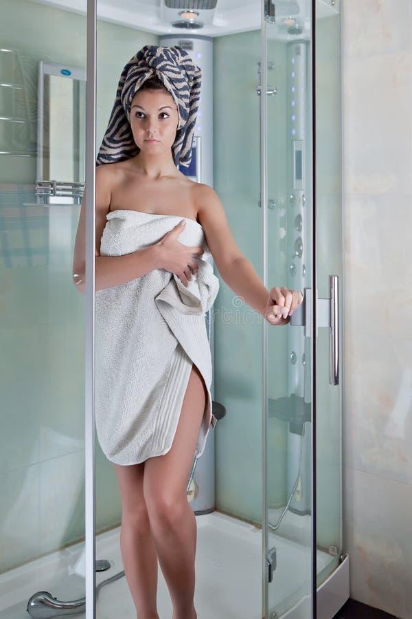 pięknej dziewczyny prysznic ręcznikowy biel obraz stock