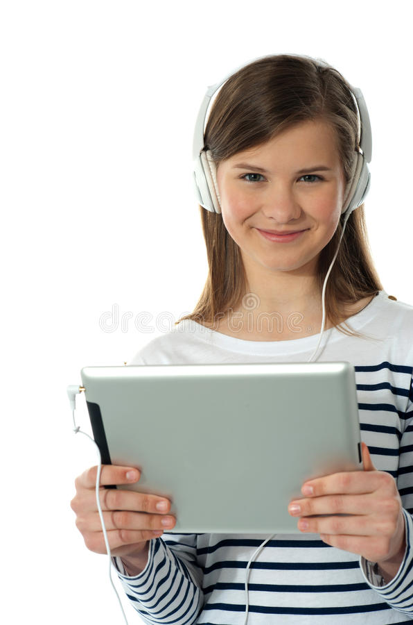 pięknej dziewczyny słuchająca muzyka obrazy stock