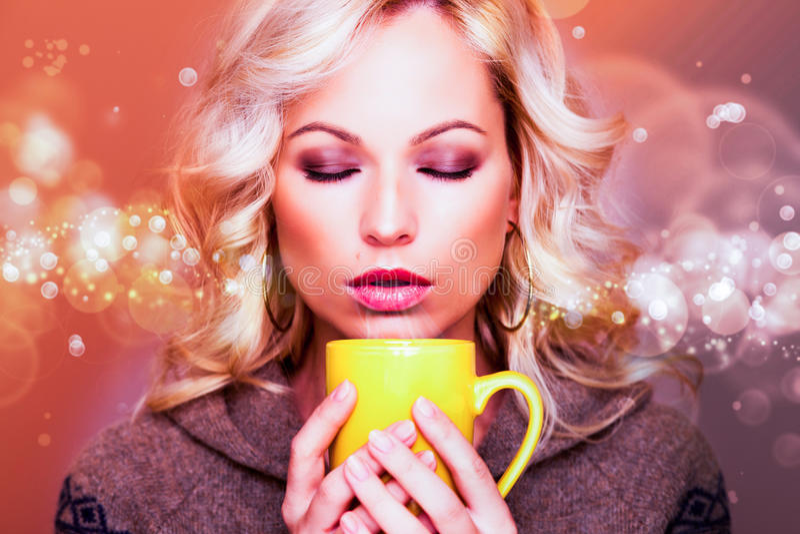 Pięknej Dziewczyny TARGET288_0_ Herbata lub Kawa zdjęcia royalty free