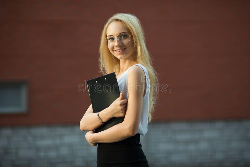 pięknej dziewczyny uśmiechnięci potomstwa fotografia stock