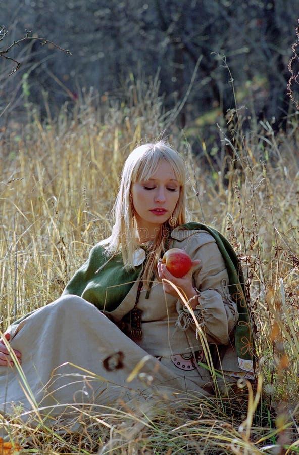 pięknej halizny średniowieczna siedząca kobieta fotografia stock