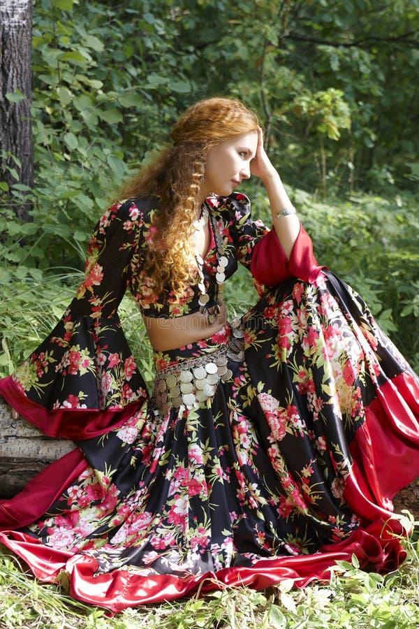 pięknej imbirowej cygańskiej dziewczyny z włosami kostium obrazy stock