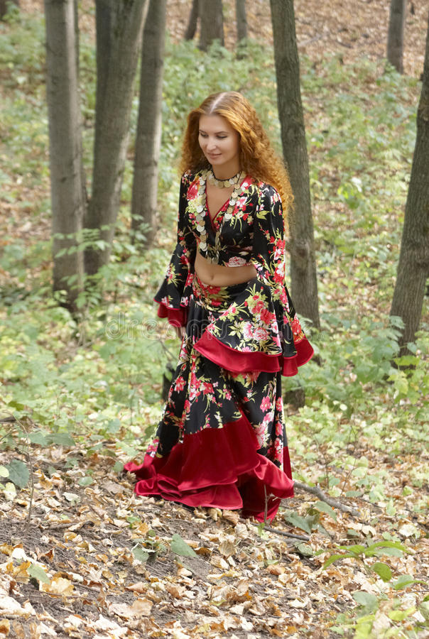 pięknej imbirowej cygańskiej dziewczyny z włosami kostium obrazy royalty free