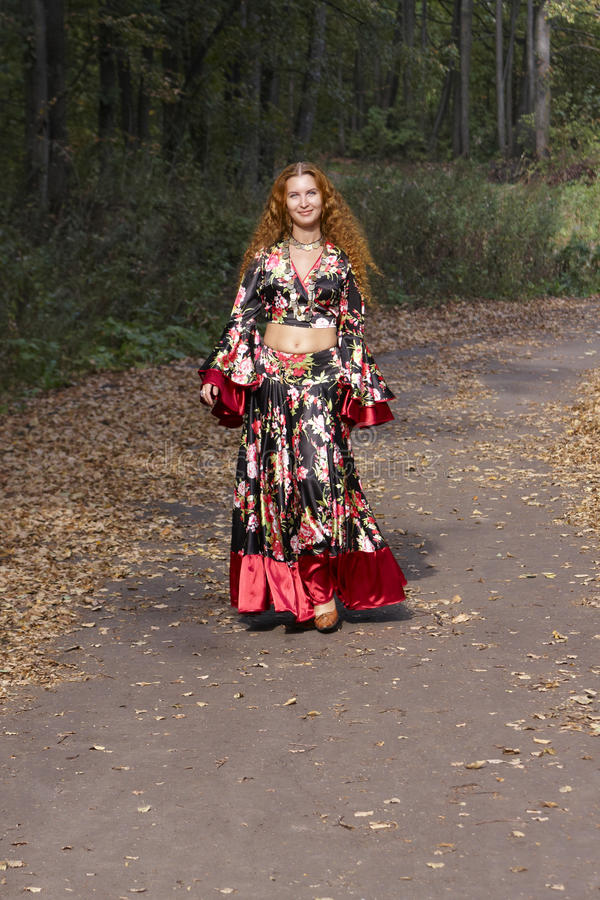 pięknej imbirowej cygańskiej dziewczyny z włosami kostium zdjęcia stock