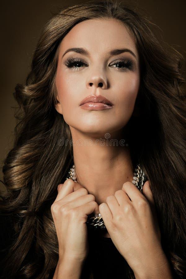 pięknej jaskrawy brunetki ciemny mody dziewczyny splendor jej wysokiego warg spojrzenia makeup lustra portreta czerwonego odbicia zdjęcie royalty free