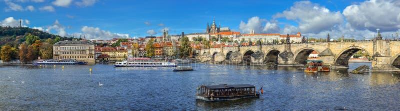 Pięknej jesieni rzeczny widok na Vltava rzece, Charles moscie i katedrze, święty Vitus i Praga kasztel, republika czech obrazy stock