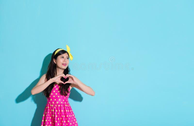 Pięknej kobieta seansu miłości kształta kierowy gest zdjęcia stock