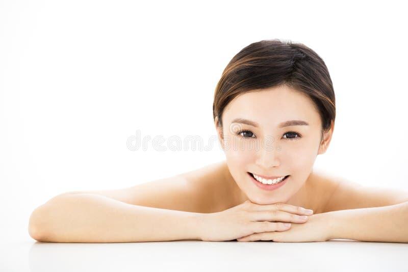 Pięknej kobiety łgarski puszek na ręczniku podczas skóry opieki fotografia stock