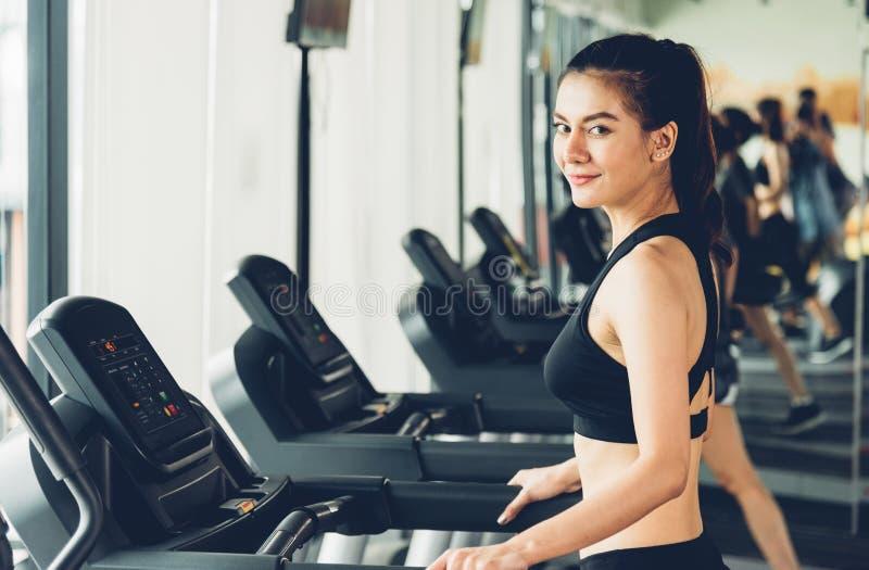 Pięknej kobiety bieg ćwiczenia aktywny trening na karuzeli zdjęcia royalty free