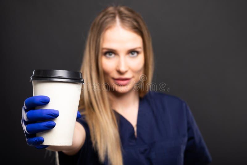 Pięknej kobiety doktorski być ubranym szoruje pić takeaway kawę obrazy royalty free