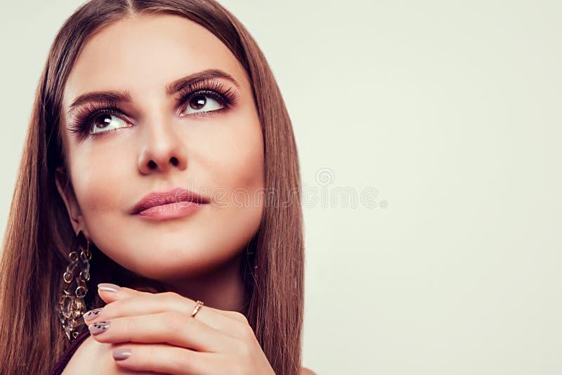 Pięknej kobiety perfect makijaż jest ubranym jewellery na białym tle zdjęcia stock