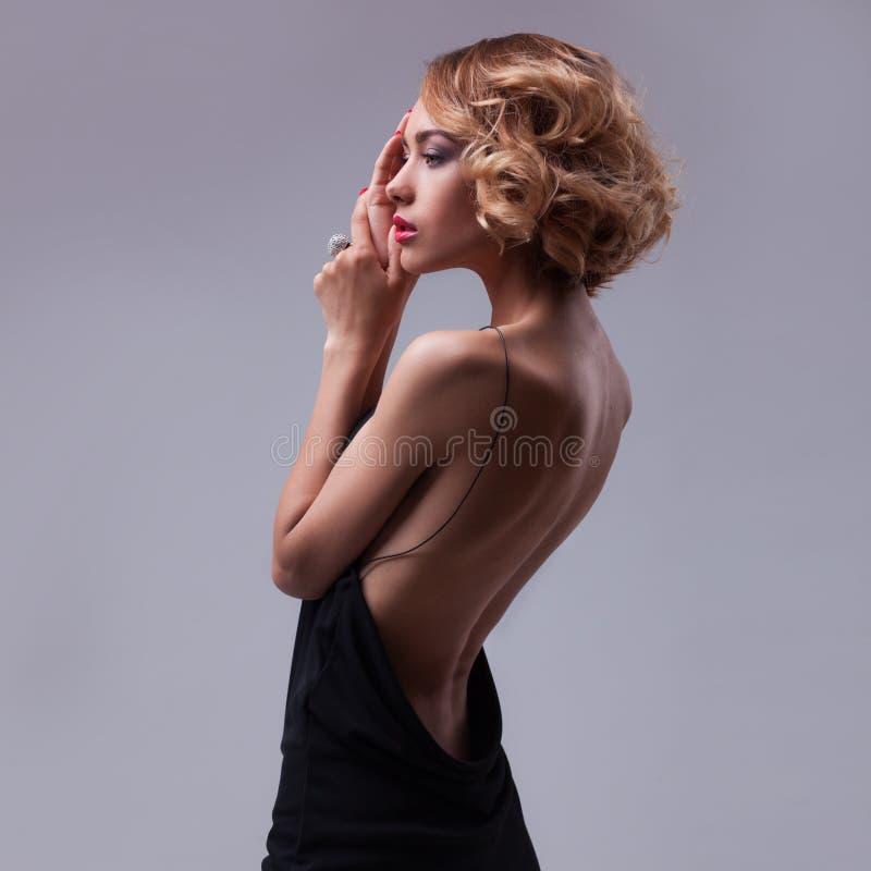 Pięknej kobiety wzorcowy pozować w eleganckiej sukni obraz stock