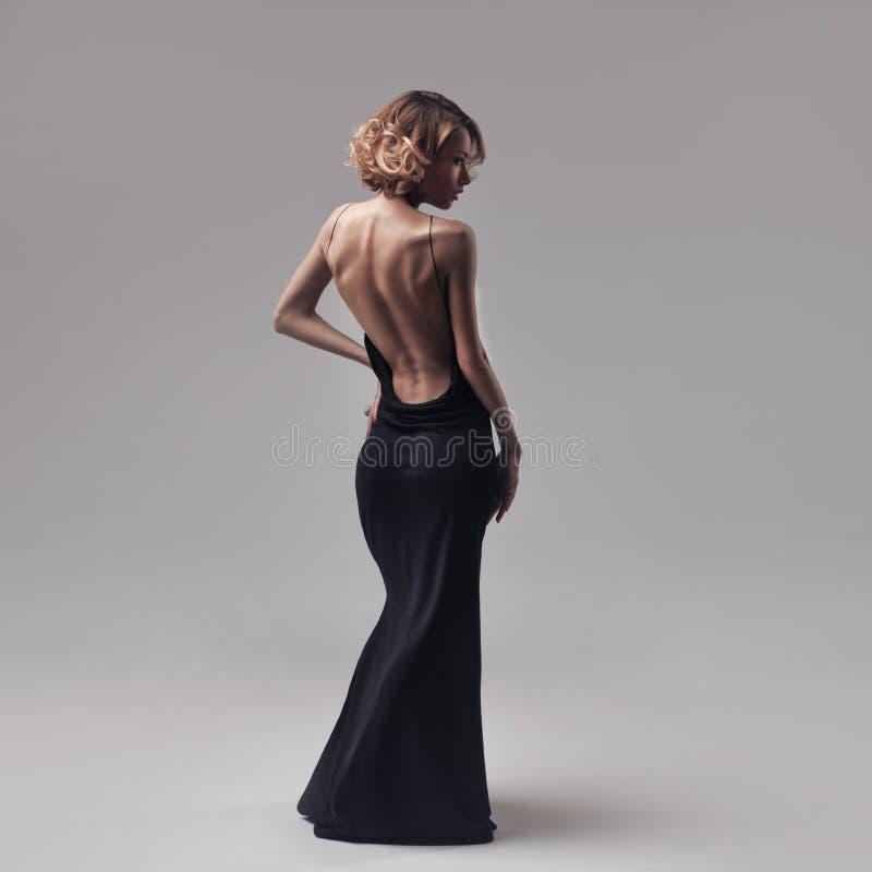 Pięknej kobiety wzorcowy pozować w eleganckiej sukni fotografia royalty free