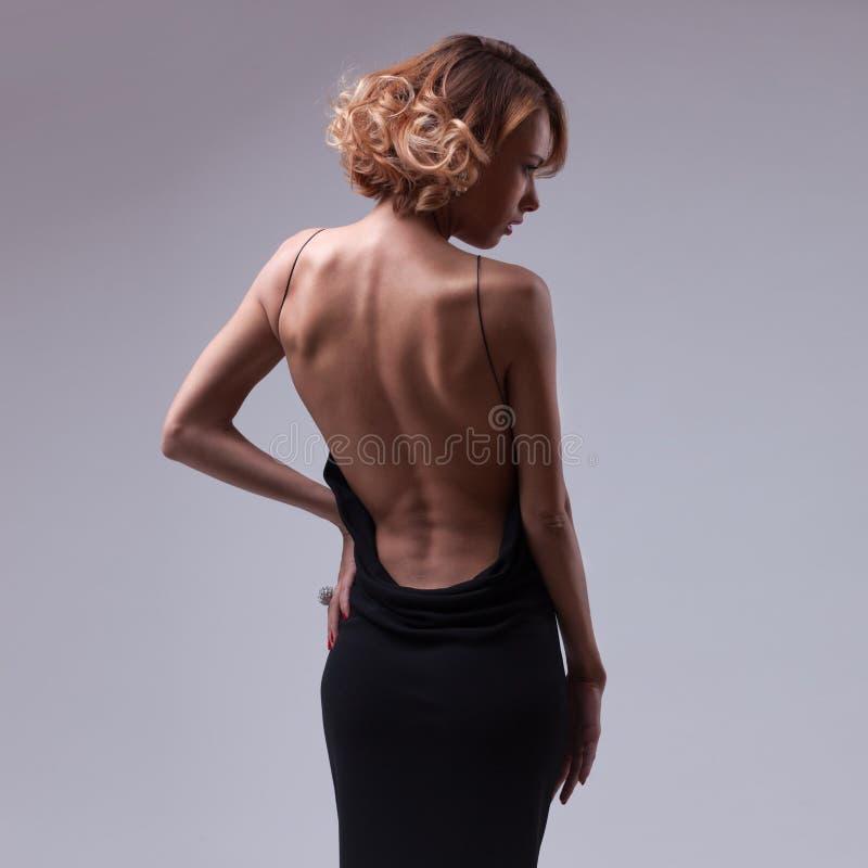 Pięknej kobiety wzorcowy pozować w eleganckiej sukni zdjęcia stock