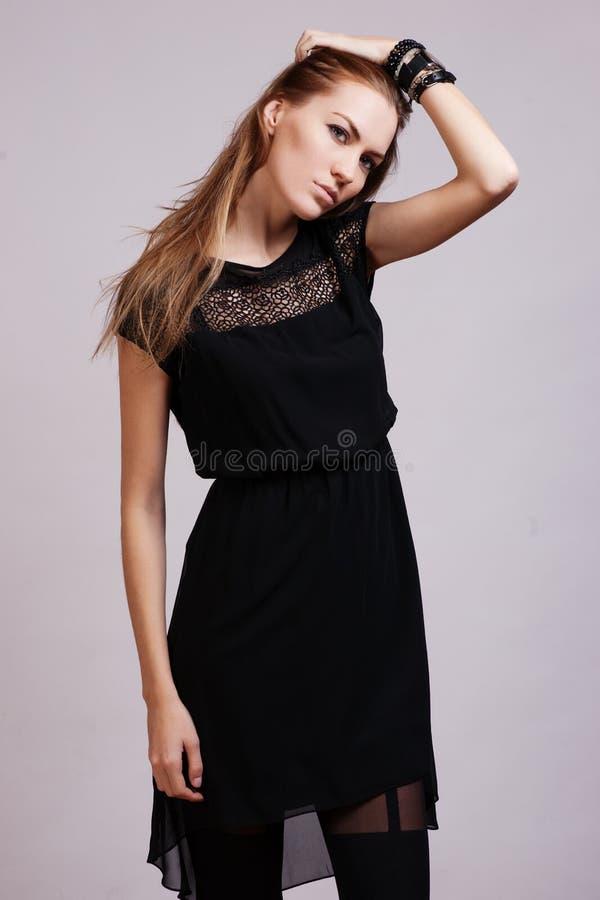 Pięknej kobiety wzorcowy pozować w eleganckiej sukni zdjęcie royalty free