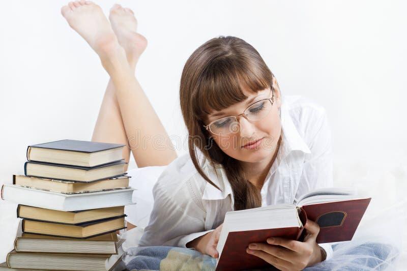pięknej książkowej dziewczyny łgarski czytanie zdjęcie stock