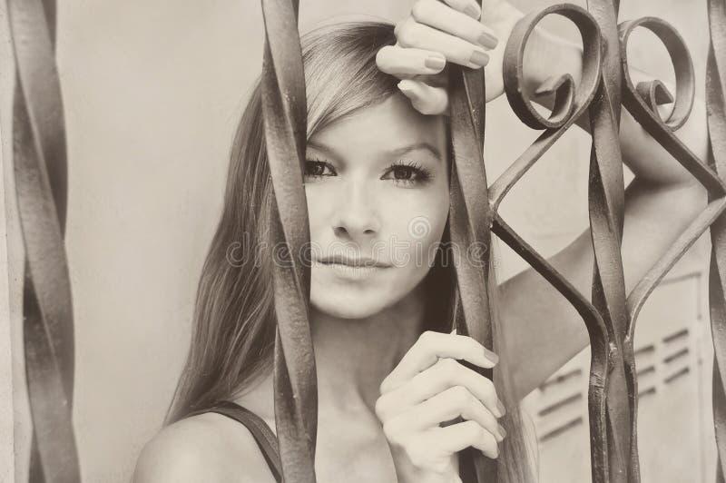 Pięknej młodej ładnej wzorcowej dziewczyny kobiety sepiowy rocznik retro obraz stock