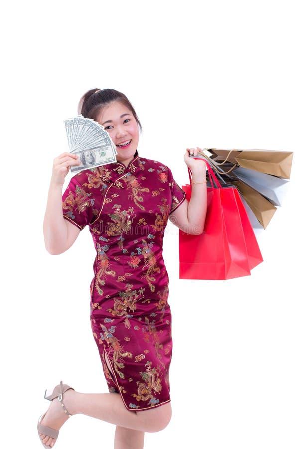 Pięknej Młodej azjatykciej kobiety odzieży chińczyka sukni tradycyjny cheongsam, qipao z Nieść banknot lub zdjęcia royalty free