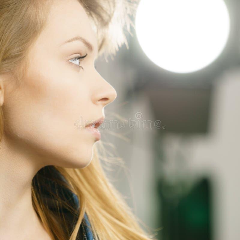 Pięknej młodej blondynki poważna kobieta zdjęcie stock