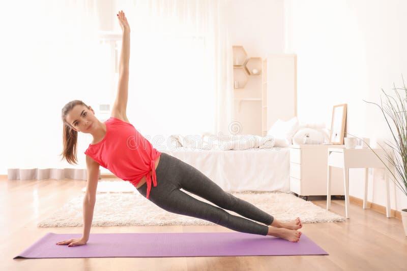 Pięknej młodej kobiety ćwiczy joga w ranku obrazy royalty free