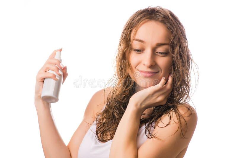 Pięknej młodej kobiety mokra włosiana kiść dla włosy odizolowywającego zdjęcia royalty free